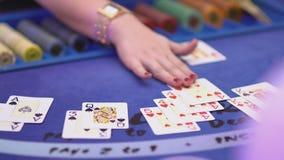 Dobbleri Black Jack i en kasino - tillfoga kort på Black Jack arkivfilmer