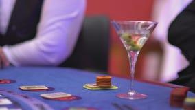 Dobbleri Black Jack i en kasino - väntande på kort för nervös hasardspelare arkivfilmer