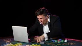Dobbleri för pokerspelare på online-kasino och lossing close upp lager videofilmer