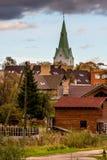Dobele, Lettland Ansicht der Kirchturm- und Privathausdächer lizenzfreie stockfotografie