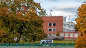 Dobele, Lettonia Paesaggio della città di autunno con i ponti e gli aceri variopinti immagini stock