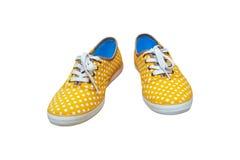 Dobierać do pary sneakers, rocznik kropki żółty kolor odizolowywający na białym backg Obrazy Royalty Free