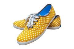 Dobierać do pary sneakers, rocznik kropki żółty kolor odizolowywający na białym backg Zdjęcie Stock