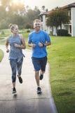 Dobiera się ćwiczyć wpólnie i jogging przy parkiem Obrazy Royalty Free