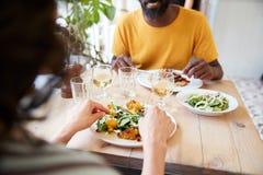 Dobiera się łasowanie przy restauracją, nad naramiennym widokiem, w połowie sekcja zdjęcia stock
