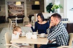 Dobiera się bój przed dzieckiem przy kawiarnią lub restauracją zdjęcie royalty free