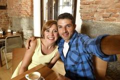 Dobiera się brać selfie fotografię z telefonem komórkowym przy sklep z kawą ono uśmiecha się szczęśliwy w romansowym miłości poję Zdjęcie Royalty Free
