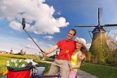 Dobiera się brać Selfie przeciw wiatraczkom w Zaanse Schans, Amsterdam obrazy stock