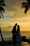 Dobiera się całowanie po ślubu przy plażą Fotografia Royalty Free