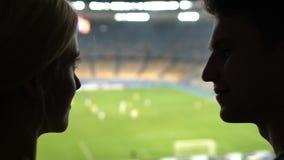 Dobiera się całowanie przy stadium podczas futbolowego dopasowania, odświętność zdobywający punkty cel, radość zbiory wideo