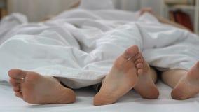Dobiera się ciągnięcie koc w łóżku, rodzinny konflikt, związek szykan kryzys zdjęcie wideo