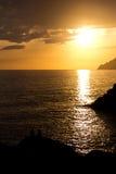 Dobiera się cieszyć się widok zmierzch od Manarola, Cinque Ter obrazy royalty free