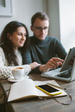 Dobiera się działanie w kawiarni z pastylką, laptop, smartphone, notepad Obraz Stock