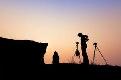 Dobiera się fotograf sylwetkę nad Phu chee Fha góry backgr Fotografia Royalty Free