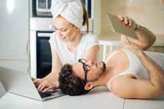 Dobiera się gmeranie w domu coś na laptopie i pastylce Zdjęcia Royalty Free