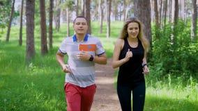 Dobiera się jogging w lasowym bieg w wsi zdjęcie wideo