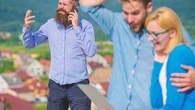 Dobiera się kolegów flirtuje podczas gdy szef ruchliwie z mobilną rozmową Para ma zabawę podczas gdy interneta surfing plenerowy zdjęcia royalty free