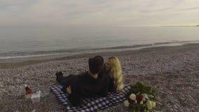 Dobiera się lying on the beach na koc na plażowym i opowiadać, fala stacza się nad seashore, data zbiory