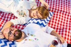 Dobiera się lying on the beach na pyknicznej koc z szkłem wino Obraz Stock