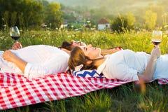 Dobiera się lying on the beach na pyknicznej koc z szkłem wino Obraz Royalty Free