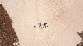 Dobiera się lying on the beach w śniegu, strzela z trutniem, widok z lotu ptaka zbiory wideo