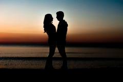 Dobiera się mężczyzna i kobiety mienia ręki w miłości Fotografia Royalty Free