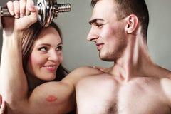 Dobiera się mięśniowego mężczyzna i dziewczyny podziwia jego siłę Obrazy Stock