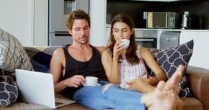 Dobiera się mieć filiżankę herbata w żywym pokoju 4k zbiory wideo