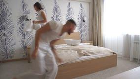 Dobiera się mieć zabawę z poduszki walką w łóżku zbiory wideo