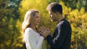 Dobiera się mienia i nagrzania ręki w zimnym jesień dniu, bierze opiekę ukochany fotografia royalty free