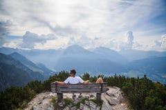 Dobiera się na ławce w Berchtesgaden, Niemcy Obraz Royalty Free