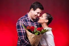 Dobiera się na dacie podczas gdy kobieta trzyma kwiaty w rękach Obraz Stock
