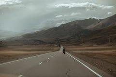 Dobiera się na motocyklu podróżuje w górach Zdjęcie Royalty Free