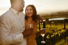 Dobiera się na romantycznej dacie w winnicy zdjęcie royalty free