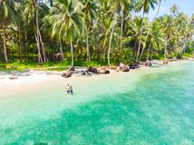 Dobiera się na tropikalnej plaży przy Tailana Banyak wysp Sumatra tropikalnym archipelagiem Indonezja, Aceh, rafa koralowa pias zdjęcie royalty free