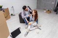 Dobiera się obsiadanie w mieszkaniu i sztukę z muśnięciami zdjęcia stock