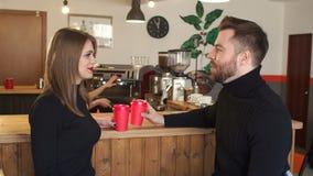 Dobiera się obsiadanie w sklepie z kawą blisko baru, pije gorącą kawę i opowiadać zbiory