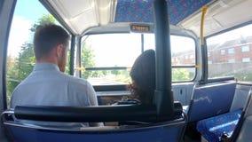 Dobiera się oddziałać wzajemnie z each inny podczas gdy podróżujący na autobusie 4k zbiory