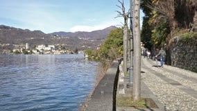 Dobiera się odprowadzenie na brzeg jeziora w Orta San Giulio, Orta jezioro, Włochy zdjęcie wideo