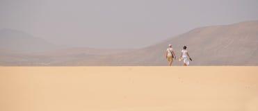 Dobiera się odprowadzenie na sławnych piasek diunach Fuerteventura Zdjęcia Royalty Free