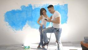 Dobiera się opowiadać wewnętrznego projekt na tle malująca ściana zdjęcie wideo