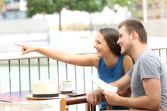 Dobiera się ot turystów wskazuje lokacje w sklep z kawą Fotografia Stock