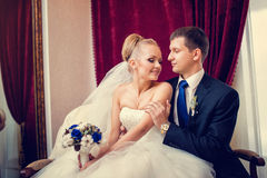 Dobiera się państwa młodzi na ich ślubnym świętowaniu w luksusowej restauraci Zdjęcia Stock