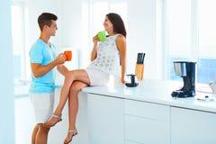 Dobiera się pić kawowy wpólnie i wydawać czas w kuchni Obrazy Stock