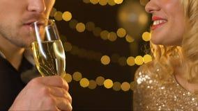 Dobiera się pić szampana przy korporacyjnym przyjęciem, blond żeński flirtować, uwiedzenie zdjęcie wideo