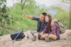 Dobiera się podróżników relaksuje w zieleni dżungli z plecakami Mostownica zdjęcie royalty free