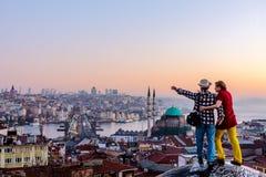 Dobiera się podróżowanie wpólnie zostaje na dachu przegapia pejzaż miejskiego i zdjęcie stock