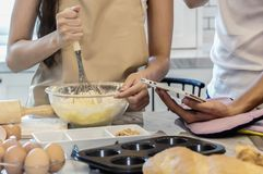 Dobiera się pomagać gotować w puchar wypełniającego z mąką, przygotowywającą Obraz Royalty Free