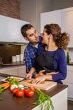 Dobiera się przytulenia i narządzania warzywa w kuchni zdjęcia royalty free