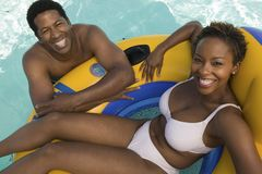 Dobiera się Relaksować w basenie na Nadmuchiwana tratwa wynoszącym widoku portrecie. Zdjęcia Stock